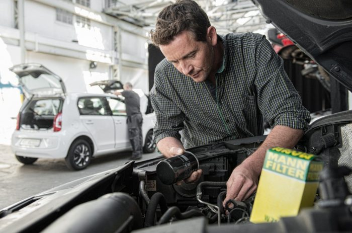 ANN-FILTER workshop partner installing an oil filter in a car